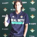 Lainez posa antes de pasar el reconocimiento médico con el Real Betis