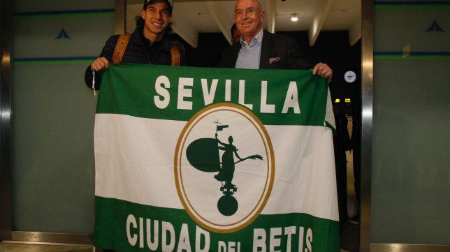Diego Lainez posa con Lorenzo Serra Ferrer en el aeropuerto de San Pablo (Foto: Manu Gómez)