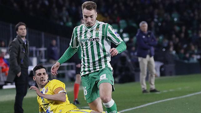 Loren recibe la entrada de Javi López en el Betis-Espanyol de la Copa del Rey (Foto: Raúl Doblado)