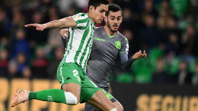 Mandi disputa un balón con Juanmi en el Betis-Real Sociedad de la ida de la Copa del Rey (Foto: J. J. Úbeda)