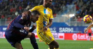 Naldo pugna con Kike García durante el Eibar-Espanyol (Foto: EFE).