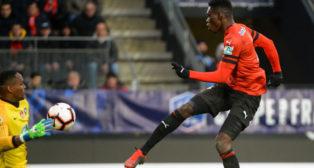 Ismaila Sarr, en el momento de marcar el empate a dos para el Stade Rennais ante el Brest (Foto: AFP)