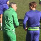 Setién y Canales dialogan en el inicio de un entrenamiento del Betis
