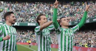 Tello celebra junto a Canales y Javi García el gol anotado en el Betis-Girona (Foto: Raúl Doblado)
