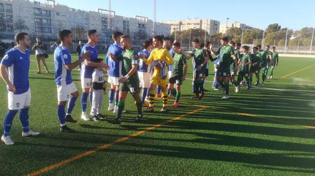 Los jugadores del Xerez Deportivo y el Betis Deportivo se saludan antes del inicio del choque (Foto: Xerez Deportivo).