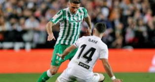 Joaquín encara a Gayá en el Valencia-Betis de la Copa del Rey (Foto: EFE)