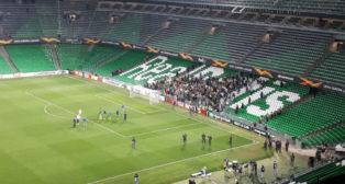 Aficionados del Betis animan a los jugadores tras la eliminación con el Stade Rennais (AFDLP)