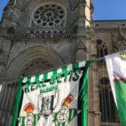 Banderas de la afición del Betis en Rennes (M. González)