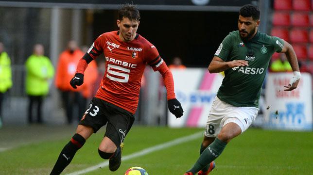 Hunou avanza ante Aït-Bennasser durante el Stade Rennais-Saint-Etienne de la Ligue 1 (Foto: AFP)