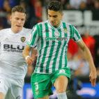 Bartra se anticipa a Gameiro en el Valencia-Betis de la Copa del Rey (Foto: Reuters)
