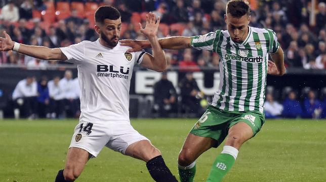 Canales controla el balón ante Gayá en el Valencia-Betis (Foto: AFP)