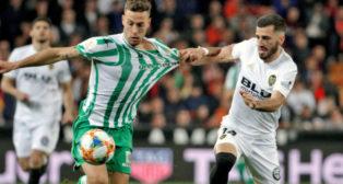 Canales es agarrado por Gayá en el Valencia-Betis (Foto: EFE)