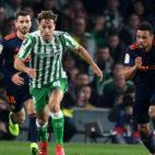Canales conduce el balón en el Betis-Valencia (J. J. Úbeda)