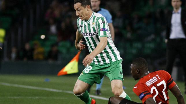 Guardado trata de superar a Hamari en el Betis-Stade Rennais (Foto: Manuel Gómez)
