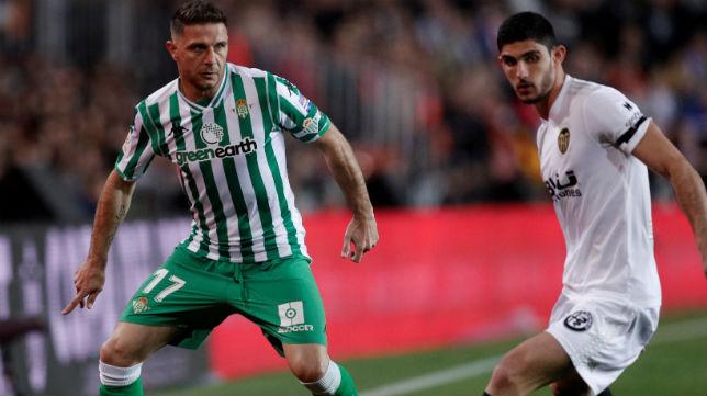 Joaquín trata de controlar ante Guedes en el Valencia-Betis de la Copa del Rey (Foto: EFE)