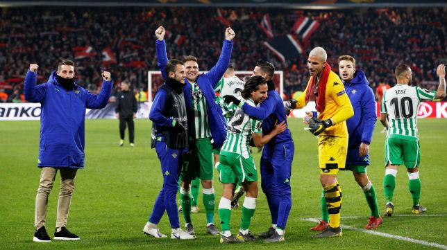 Joaquín, Lainez, Sergio León y Joel Robles, en el Stade Rennais-Betis (EFE)