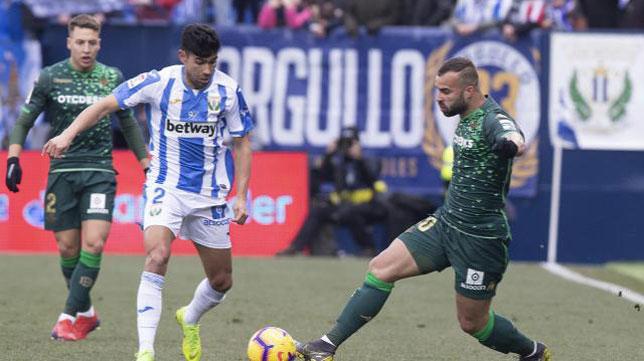Juanfran pugna con Jesé durante el Leganés-Betis (Foto: LaLiga).