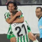 Lainez y Lo Celso se abrazan en el Stade Rennais-Betis (EFE)