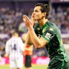 Celebración de Aïssa Mandi de su gol en el Valladolid - Betis (Foto: LaLiga)
