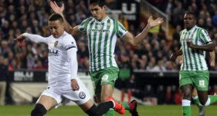 Mandi trata de llegar al remate de Rodrigo en el Valencia-Betis (Foto: AFP)