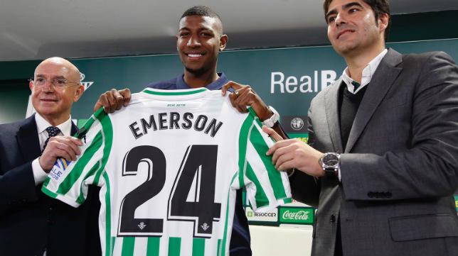 Emerson, acompañado en su presentación por Serra y Haro (Foto: Manu Gómez)