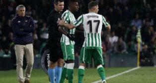 Quique Setién presencia el cambio de Joaquín por Emerson ante el Stade Rennais (Manuel Gómez)