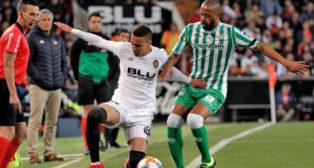 Sidnei disputa un balón con Rodrigo en el Valencia-Betis de la Copa del Rey (Foto: EFE)