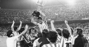 Rogelio, alzado por sus compañeros con la Copa del 77