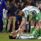 Loren trata de consolar a Mandi tras la eliminación copera en Valencia (Foto: AFP).