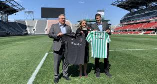 Ramón Alarcón, con los representantes del D.C. United, el equipo local de Washington (EFE)