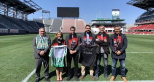 Ramón Alarcón, Víctor Antequera y Marcos Álvarez, con los representantes del D.C. United, el equipo local de Washington (EFE)