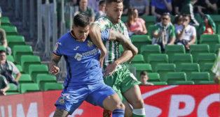 Canales disputa un balón con Olivera en el Betis-Getafe (Foto: Raúl Doblado)