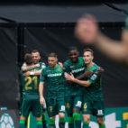 Los jugadores del Betis abrazan a Jesé tras marcar su gol al Celta (Foto: LaLiga)