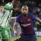 Emerson trata de regatear a Vidal en el Betis-Barcelona (Foto: Raúl Doblado)