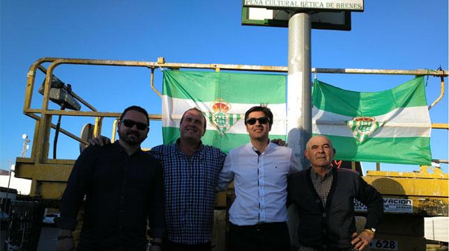 Ángel Haro, presidente del Betis, junto a Marcelino Contreras, alcalde de Brenes y los responsables de la Peña Bética de Brenes en el acto