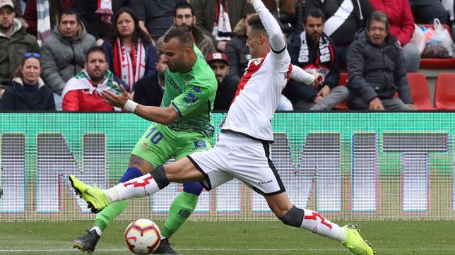Jesé trata de centrar ante Álex Moreno durante el Rayo-Betis (Foto: EFE).