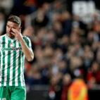 Joaquín se seca las lágrimas tras la eliminación del Betis con el Valencia (EFE)