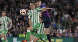 Lo Celso salta para tratar de hacerse con un balón ante Jordi Alba en el Betis-Barcelona (Foto: Raúl Doblado)