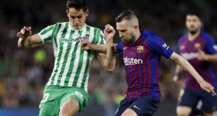 Mandi trata de controlar ante Jordi Alba en el Betis-Barcelona (Foto: EFE)