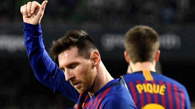 Messi agradece los aplausos en el Betis-Barcelona (EFE)