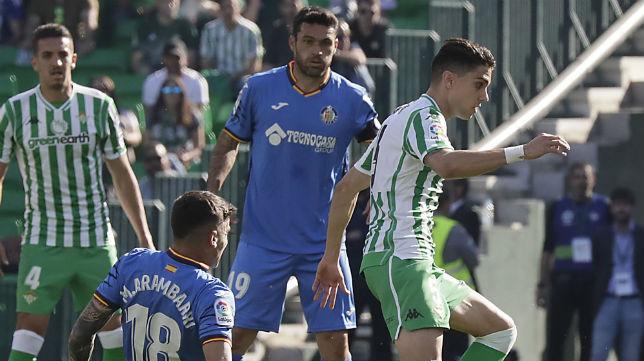 Jorge Molina observa la disputa de balón entre Bartra y Arambarri en el Betis-Getafe (Foto: Raúl Doblado)