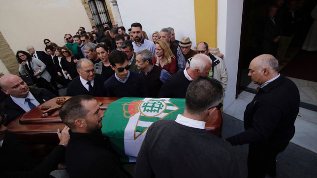 El féretro con el cuerpo de Rogelio es llevado al interior de la Parroquia de la Estrella (Juan Flores)