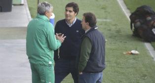 Setién, Haro y Catalán charlan mientras el equipo se entrenaba en la ciudad deportiva (Foto: Rocío Ruz).
