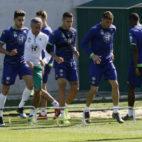 Setién y un grupo de jugadores, durante un entrenamiento (Foto: Manuel Gómez)
