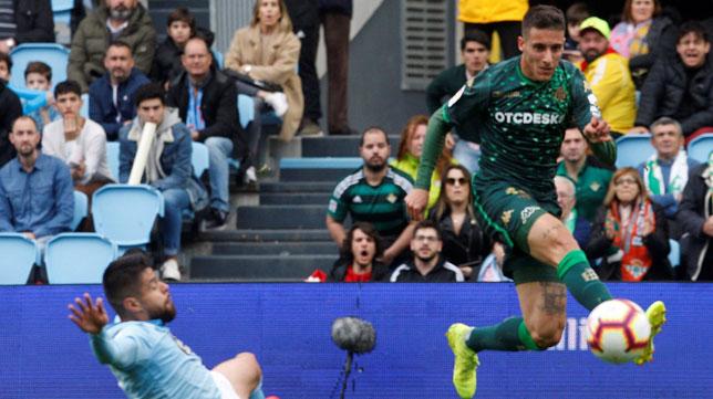 Tello tira a puerta en la acción que acabó con el gol de Jesé (Foto: EFE)