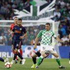 Joaquín sirve un balón ante Santi Mina en el Betis-Valencia (Foto: LaLiga).