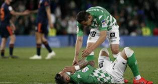 Guardado consuela a Sergio León, tras el Betis-Valencia (Foto: Manuel Gómez)