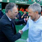 Joaquín Caparrós y Quique Setién se saludan antes del derbi del pasado mes de mayo