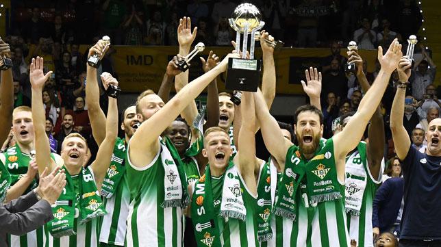 Los jugadores del Betis Energía Plus alzan el título de campeones de la LEB Oro (Foto: Juan José Úbeda).