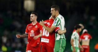 Feddal se abraza a Javi López en el Betis-Espanyol (Foto: LaLiga).